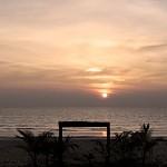 Solnedgång från stranden utanför vår bungalow