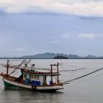 Fiskebåt från piren vid Lanta Old Town
