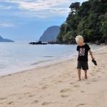 Oskar på stranden vid vår resort
