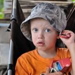 Oväder på gång. Max håller i hatten.